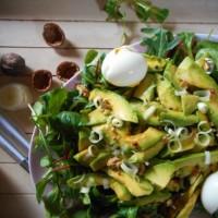 Salade d'hiver {mâche, avocats, oeufs pochés  et noix}