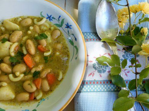 soupe de haricots aux pâtes et pesto